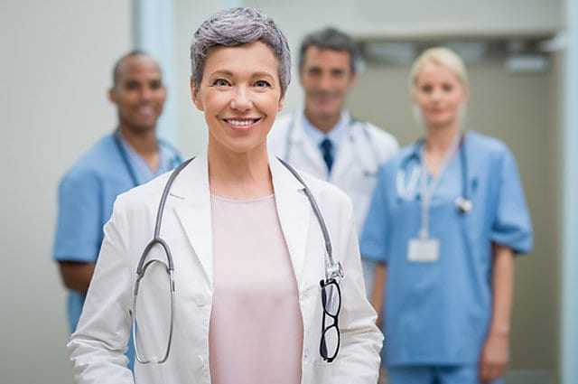 Las mujeres sobreviven más a un ataque cardíaco si las tratan doctoras
