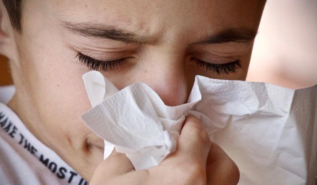 Por qué no debes taparte la nariz para estornudar